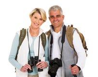 рук пущи пар азиата ся hikers hiker похода кавказских здоровые hiking женщины перемещения портрета фото людей уклада жизни удержи Стоковые Фотографии RF