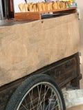 Рук-тележка с джутом, деревянная структура и круг катят автошину Стоковое Изображение
