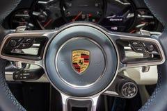 Рулевое колесо автомобиля спорт Порше 911 Carrera 4 Стоковые Фотографии RF