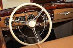 Рулевое колесо винтажного автомобиля стоковые изображения