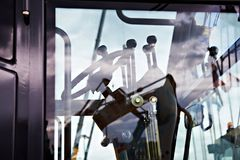 Рулевое колесо и рычаги в арене грейдера мотора стоковое изображение