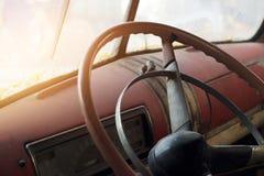 Рулевое колесо классического автомобиля внутреннее и старое Стоковое фото RF