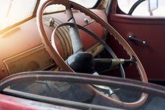 Рулевое колесо классического автомобиля внутреннее и старое Стоковые Фото