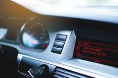 Рулевое колесо, приборная панель, спидометр, дисплей Стоковые Изображения RF