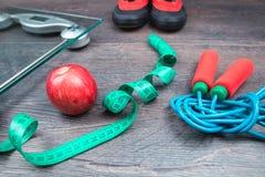 Рулетка и масштаб и яблоко веса стоковые изображения rf