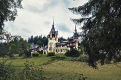 Румыния, Sinaia - 4,2014 -го сентябрь: Замок Peles в сезоне осени стоковое изображение rf