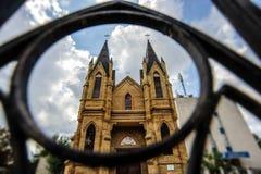 Румынская католическая церковь увиденная от кольца металла Стоковое фото RF
