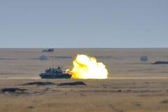 Румынский танк TR-85M1 firiring в воинском полигоне в рысе 16 платины тренировки Стоковое фото RF