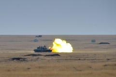 Румынский танк TR-85M1 firiring в воинском полигоне Стоковая Фотография RF