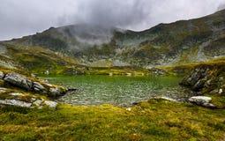 Румын Карпаты и ледниковый Capra озера стоковая фотография