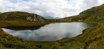 Румын Карпаты и ледниковый Capra озера стоковое фото rf