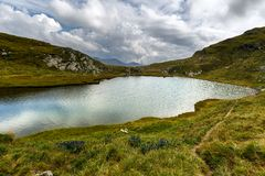 Румын Карпаты и ледниковый Capra озера стоковые изображения