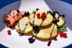Румяный блинчик с ягодами в ярких лучах солнца утра Стоковое Изображение RF