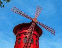 Румян Moulin известное кабаре построенное в 1889, размещающ в заречье Париж red-light Pigalle Стоковое Изображение