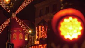 Румян Moulin и красный светофор в ноче Париже, Франции сток-видео