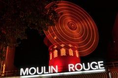 Румян Moulin кабара в ноче стоковая фотография