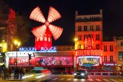 Румян Moulin кабара на ноче в Париже, Франции стоковые фото
