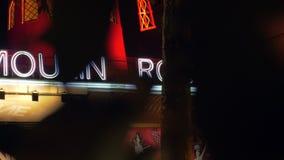 Румян Moulin на ноче, взгляде через дерево выходит сток-видео