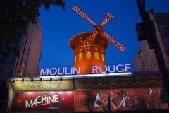 Румян Moulin на ноче Стоковое Изображение