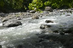 Русло реки реки Napan, расположенное на Sitio Napan, Brgy Goma, город Digos, Davao del Sur, Филиппины стоковое фото