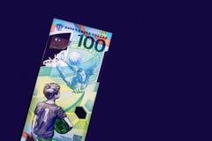Русская валюта, 100 рублей новая на темной предпосылке Стоковые Изображения RF
