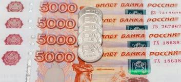 Русская валюта, рублевка: банкноты и монетки Стоковое Изображение RF