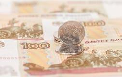 Русская валюта, рублевка: банкноты и монетки Стоковые Изображения RF