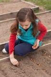 Русская девушка засаживая семена лука на земле Стоковые Изображения RF