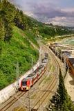 Русская железная дорога Бега поезда вдоль пляжа Чёрного моря Область Сочи Стоковая Фотография RF
