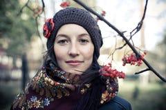 Русская молодая женщина под ветвью рябины Стоковые Фото