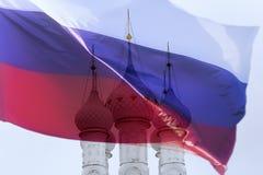 Русская православная церковь и флаг стоковое фото