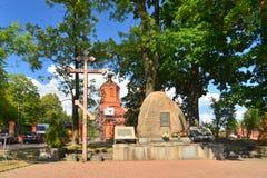Русская православная церковь с каменными памятником и крестом Стоковые Фото