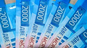 Русские банкноты денег в номинальной стоимости две тысячи Новые билеты банка России русский дег наличных дег годовщины стоковые изображения rf