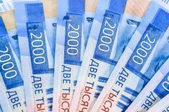 Русские банкноты денег в номинальной стоимости две тысячи Новые билеты банка России русский дег наличных дег годовщины стоковое фото