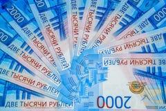 Русские банкноты денег в номинальной стоимости две тысячи Новые билеты банка России русский дег наличных дег годовщины стоковая фотография