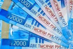 Русские банкноты денег в номинальной стоимости две тысячи Новые билеты банка России русский дег наличных дег годовщины стоковое изображение rf
