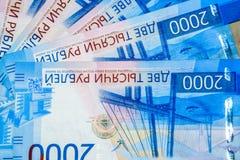 Русские банкноты денег в номинальной стоимости две тысячи Новые билеты банка России русский дег наличных дег годовщины стоковое изображение
