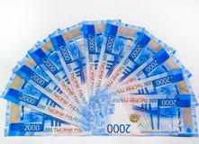 Русские банкноты денег в номинальной стоимости две тысячи Новые билеты банка России русский дег наличных дег годовщины стоковое фото rf