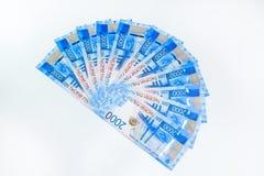 Русские банкноты денег в номинальной стоимости две тысячи Новые билеты банка России русский дег наличных дег годовщины стоковые фотографии rf