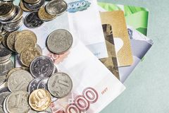Русские банкноты денег и монетки, кредитные карточки Стоковое фото RF