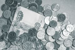Русские банкноты денег и рамка монеток черно-белая стоковое фото rf