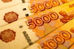 Русские банкноты денег с самым большим значением 5000 рублей закрывают вверх Макрос снятый оранжевых банкнот Стоковая Фотография