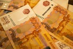 Русские банкноты денег с самым большим значением 5000 рублей закрывают вверх Макрос снятый оранжевых банкнот Стоковое фото RF