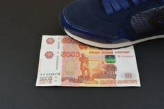 Русские банкноты под ботинками Стоковые Фото