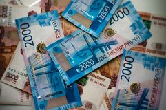 Русские банкноты разбросанные на конец-вверх таблицы стоковое фото rf