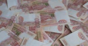 Русские банкноты рублевок денег, куча русских рублей видеоматериал
