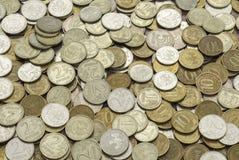Русские биметаллические монетки, стоимость 2, 5 и 10 рубли, обнаруженные местонахождение obverse и обратный, поверхности уровня Стоковая Фотография