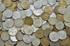 Русские биметаллические монетки, стоимость один, 2, 5 и 10 рубли, обнаруженные местонахождение obverse и обратный, поверхности ур Стоковое Фото
