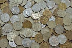Русские биметаллические монетки, стоимость один, 2, 5 и 10 рубли, обнаруженные местонахождение obverse и обратный, поверхности ур Стоковая Фотография