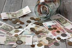 Русские бумажные деньги и металл и стекло раздражают Стоковые Изображения